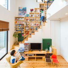 . 2017年いいね!が多かった 人気投稿をご紹介! . 「棚だらけの家」 吹き抜けリビングの主役は 階段壁一面につくった大棚。 . ご夫婦が長年集めたキャラクターグッズや 子どもたちの絵本、おもちゃを 全部収納できます。 . 本を手に取ったお子さんが 階段に座って読み始めることも。 スケルトン階段にしたことで いつでも好きなものを眺めながらくつろげる お客様らしい家になりました。 . こちらのお家はホームページの施工事例で ご紹介しています。ぜひご覧ください^^ #吹き抜けリビング#階段#壁面収納#スケルトン階段#ブラインド#無垢床#杉#可動棚#キャラクターグッズ#おもちゃ収納#絵本#キリム#観葉植物#スターウォーズ#ドラゴンボール#スヌーピー#レゴ#漫画#自分らしい暮らし #デザイナーズ住宅 #注文住宅新築 #設計士と直接話せる #設計士とつくる家 #コラボハウス #インテリア #愛媛 #香川 #新築 #注文住宅