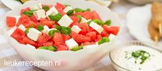 Frisse zomerse salade met watermeloen, feta en basilicum die niet mag ontbreken tijdens de bbq