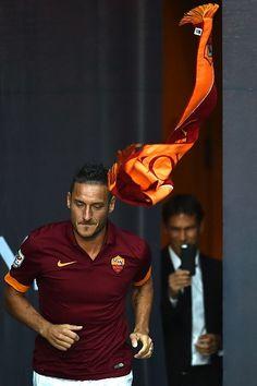 Repubblica Roma è anche su   Facebook   e   Twitter    Alla presentazione della Roma davanti a 40mila all'Olimpico, l'allenatore Garcia (sullo sfondo) sembra stia fotografando l'ingresso in campo dell'osannatissimo Francesco Totti, che si prepara alla sua 23esima stagione in giall