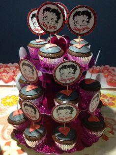 Cupcakes de chocolate rellenos de dulce leche cubiertos con fondant en negro y rojo de Betty Boop.