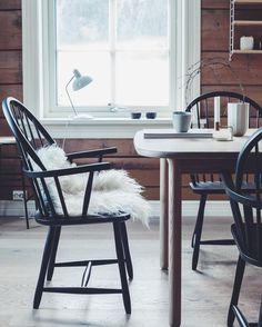 """490 likerklikk, 18 kommentarer – Marthe Holien Bø (@marsipanogsmilefjes) på Instagram: """"God morgen! Her er det snart klart for første frokost i nye, gamle Ola Windsor-stoler designet av…"""""""