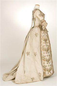 Robe à la Piémontaise, 1770-1790. Tafetán de seda bordado (visto de perfil).