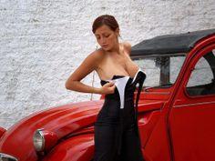 Citroën 2CV et une femme 2 jolis seins !