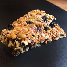 Low carb muesli bars to make yourself - gluten-free and relatively low in carbohydrates . Snacks To Make, Easy Snacks, Law Carb, Muesli Bars, Sports Food, Fabulous Foods, Plant Based Recipes, Finger Foods, Sweet Treats