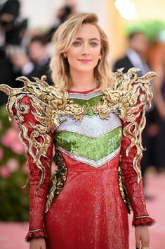 Saoirse Ronan Photos - Saoirse Ronan attends The 2019 Met Gala Celebrating Camp: Notes on Fashion at Metropolitan Museum of Art on May 2019 in New York City. - The 2019 Met Gala Celebrating Camp: Notes On Fashion - Arrivals Gucci Gown, Valentino Dress, Haute Couture Style, Fashion 2017, High Fashion, Fashion Tips, Fashion Design, Fashion Trends, Crazy Fashion