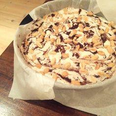 Nem opskrift på en lækker og velsmagende LCHF Snickers Cheesecake, der evt. kan laves dagen før den skal bruges