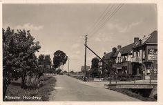 028-de Noordweg in 1942. Rechts de kruidenierswinkel van Cor Hogervorst en de Jhr. Hesselt van Dintherlaan (later Prunuslaan)  Links achter  het huis van de familie Koos van Winden.Rechts achter woning familie Tas.