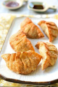 Mandu (Korean Dumplings) - Korean Bapsang - New Ideas Korean Dumplings, How To Make Dumplings, Fried Dumplings, Dumpling Recipe, Homemade Dumplings, Korean Dishes, Food Items, Asian Recipes, Gastronomia