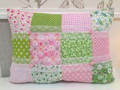 Housse de coussin fait-main français patchwork rose vert 35x26cm dentelle fleurs rayures vichy shabby chic de la boutique Monautrefois sur Etsy