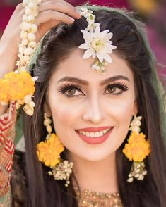 Ayeza Khan's Best Makeup Looks Beautiful Asian Bridal Makeup Ideas. For more step by step Makeup Tutorials and best makeup products for Classy white, brown, Asian and non Asian Brides Pakistani Bridal Hairstyles, Pakistani Bridal Makeup, Bridal Mehndi Dresses, Asian Bridal Makeup, Bridal Dress Design, Bridal Outfits, Pakistani Dresses, Pakistani Hair Style, Pakistani Makeup Looks