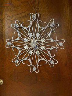 Diy Christmas Snowflakes, Simple Christmas, Christmas Holidays, Christmas Ornaments, Dollar Tree Crafts, Christmas Projects, Christmas Crafts, Plastic Clothes Hangers, Hanger Crafts