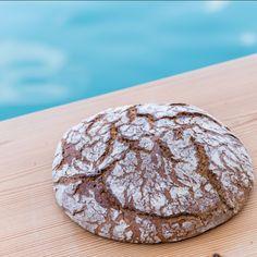 Der Bäck vom See ist zwar ein waschechter #Kärntner mit einem leichten #Salzkammergut-Einschlag, aber trotzdem gibts bei uns ein richtig gutes ❤️ #Tiroler Brot. Schön würzig, mit viiiieeel Roggen und einem Touch Weizen für die Italianità des Alto Adige. Unseren Tiroler Laib (1 Kg) gibts auch im #Onlineshop! 🛒 Gleich ausprobieren! Wir freuen uns auf deine Bestellung.