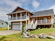 Firepit, Walk to the Beach, Golf, and Sunset Lake! 3 BR, sleeps 10