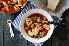 Tomatsuppe med tortellini og pølse.