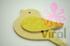 Ξύλινη φιγούρα μπομπονιέρας ή λαμπάδας Πουλάκι με Κίτρινο φτερό, από πραγματικό ξύλο και όχι απομίμηση.