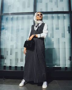 With sunny days upon us, we all need some tips on staying cool and covered. While it's pretty easy to stay covered and wear modest outfits in winters, Abaya Fashion, Muslim Fashion, Fashion Outfits, Fashion Clothes, Modest Summer Fashion, Summer Fashion Trends, Summer Trends, Casual Hijab Outfit, Hijab Chic
