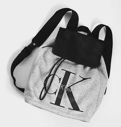 Ich packe meine Sachen .... Calvin Klein Rucksack aus Sweatshirt-Stoff. Hier…