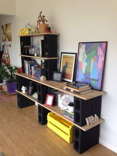 No começo desse ano, eu e meu marido, que estávamos sentindo falta de uma estante na sala, decidimos fazer uma estante de blocos de concreto...