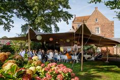 Overzicht van buiten trouwen met een tent bij Kasteel Cammingha.  Mooi gestyled en veilig onder een tent, want je weet het maar nooit met het herfstweer. Tent, Wedding Decorations, Tentsile Tent, Wedding Decor, Tents, Wedding Jewelry