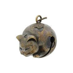 まんまるにふくよかな愛らしいねむり猫モチーフの根付が登場です。