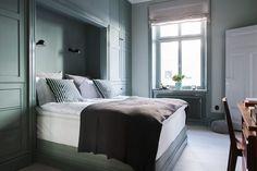 Välkommen att uppleva en totalrenoverad och osannolikt fin lägenhet som täcker det mesta. Grundinspirationen kommer från den belgiska stilen som fått en skandinavisk touch för att leva i linje med lägenhetens och fastighetens ursprung. Varenda del av bostaden har sin funktion, och inget är lämnat till slumpen. En investering i både detaljer och helhet. Det höga läget och takhöjden i lägenheten gör att ljuset obehindrat flödar in. All målarfärg i lägenheten kommer från Farrow…