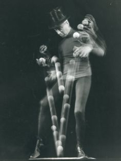 Stroboscopic image of juggler Stan Cavenaugh juggling balls. Photographed by Gjon Mili, NY, Blur Photography, Time Lapse Photography, Monochrome Photography, Fine Art Photo, Photo Art, Multiple Exposure, Long Exposure, Gjon Mili, Human Oddities