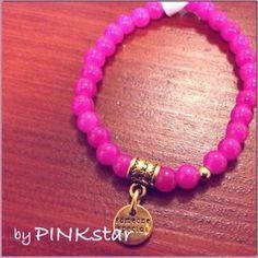 Mooie roze armband van glaskralen met gouden bedel tekst 'someone special'