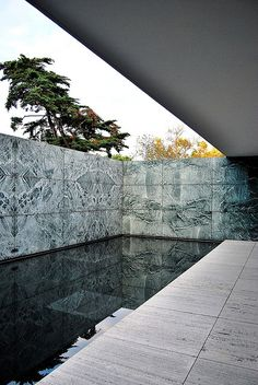 Alemán de Barcelona 17 12689 Rebuilt Barcelona Pavilion in Barcelona, Spain. Originally built for the World Fair of Ludwig Mies Van Der RoheRebuilt Barcelona Pavilion in Barcelona, Spain. Originally built for the World Fair of Ludwig Mies Van Der Rohe Pavilion Architecture, Classic Architecture, Sustainable Architecture, Amazing Architecture, Architecture Details, Landscape Architecture, Interior Architecture, Landscape Design, Garden Design