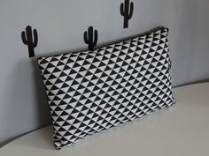 coussin noir et blanc style scandinave motif géométrique triangle : Textiles et tapis par happyaime