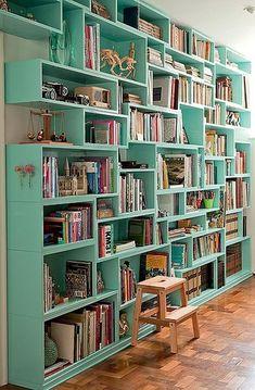 or causa das medidas dos livros, Yara Pereira fez a estante com nichos de diferentes alturas e larguras e com 25 cm de profundidade
