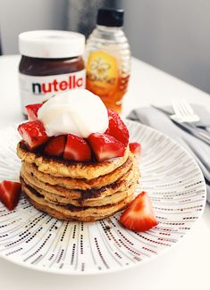 Slimming world friendly oat pancakes with strawberry, Nutella, light cream and honey. Scotch Pancakes, Nutella Pancakes, Oat Pancakes, Peach Smoothie Recipes, Vegan Egg Substitute, Pudding Flavors, Nutritious Smoothies, Canned Pumpkin, Vegan Baking