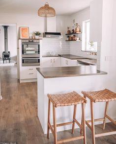 Home Interior Paint White kitchen, wooden accents. White Kitchen Cabinets, Cupboards, Kitchen Countertops, Kitchen White, Kitchen Island, Home And Deco, Home Design, Ibb Design, Home Interior