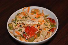 Salata turceasca de pui: cum se face. Reteta salata de pui cu muraturi si cruditati. Retete de salate si sandvisuri din resturi de friptura. Thai Red Curry, Foodies, Appetizers, Meat, Chicken, Ethnic Recipes, Salads, Food Dinners, Appetizer