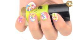 Pintado de uñas diferente y moderno con salpicados.