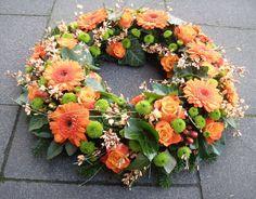 Rundgesteckter Kranz in Orange - Grün - My site Fall Flowers, Orange Flowers, Pretty Flowers, Funeral Floral Arrangements, Flower Arrangements, Fresh Wreath, Corona Floral, Grave Decorations, Funeral Tributes