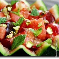 Macedonia di anguria, prugne, pistacchi e foglie di menta