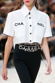 Chanel Spring 2019 Ready-to-Wear Collection - Vogue Fashion Week, Fashion 2017, Runway Fashion, High Fashion, Fashion Outfits, Fashion Trends, Couture Fashion, Fashion Pics, Paris Fashion