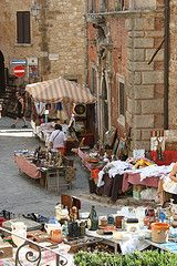 Open market in #Montepulciano. On the right: Palazzo Benincasa with the statue of Giangastone de' Medici (15th century building)