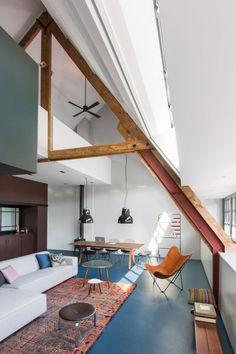 La salon sous les toits aux poutres apparentes d'un appartement arty à Amsterdam. Plus de photos sur Côté Maison http://bit.ly/1L4B5jJ