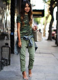 Frühling kleidung damen - Dress up a casual camo style with a pair of heeled sandals and matching handbag. Looks Street Style, Looks Style, Casual Looks, Look Fashion, Autumn Fashion, Womens Fashion, Fashion Trends, Fashion Hats, 70s Fashion