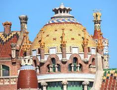 Estos azulejos son en el techo del Hospital San Pau, un otro edificio construido por Doménech i Montaner. Disfruto mucho Los colores y texturas de los azulejos. Aunque el hospital no es un gran monumento por las turistas, mucha gente sabe que bonito, y significante esto edificio es.