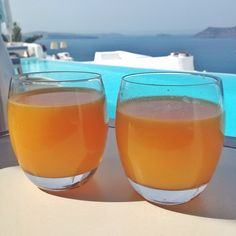 There is no green juice in Santorini, but on the bright side, the OJ is somehow out of this world. Just like local tomatoes, figs, arugula, eggplant, olives and olive oil. Incredible! Thank you @katikieshotel for one of the best breakfast (and overall hotel) experiences I've had in life so far.