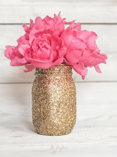 Gold Glitter Mason Jars by Ka Styles - 15 Mason Jar Crafts To Make And Sell For Extra Money. Cheap Mason Jars, Mason Jar Crafts, Mason Jar Diy, Diy Gifts For Mom, Diy Mothers Day Gifts, Gold Glitter Mason Jar, Glitter Crafts, Glitter Gif, Glitter Vinyl