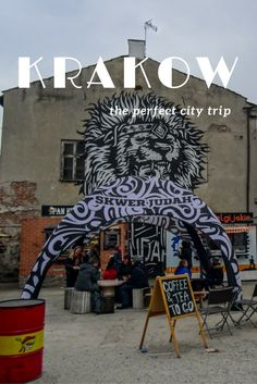 Travel tips for a city trip to Krakow in Poland. Check out the best places for coffee, thee and food in the old centre of Krakow and the Jewish district Kazimierz.