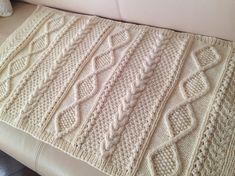 【冬ハンドメイド】カシミヤが少し入ったウールの毛糸で、見た目にも暖かなアラン模様を編み込んだひざ掛けを編みました。肌触りの優しい毛糸でダイヤ柄をメインに、様々...|ハンドメイド、手作り、手仕事品の通販・販売・購入ならCreema。