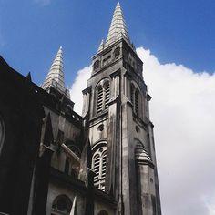 Lembrança de umas leituras e umas aulas por aí: catedrais góticas eram construídas com a intenção de atingir os céus. . . . . . . . . . . . . . . . #catedraldefortaleza #catedralmetropolitana #catedral #catedralgotica #estilogotico #arquitetura #igrejas #fortaleza #ceara #sky #ceu #nuvens #viagem #travel #trip #instatravel #instatrip #tumblr #tumblrig #achadosdasemana #brasilfolk #picoftheday #fotododia #photooftheday #fotoxigenio #vscofotografia_ #paraisofotografiico #city #cidade
