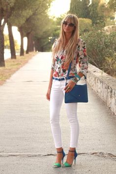 White jeans and Floral blouse - love this look!! Summer street Women fashion outfit clothing style apparel @roressclothes closet ideas