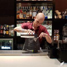 El bartender Rubén Villafontana en el momento justo del colado… en un Moai .    #CopasConEstilo #Bartender #Cocktail #Coctelería #Cóctel #Cócteles #Madrid #CóctelesEnMadrid Bar, Madrid, Style