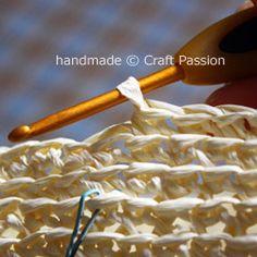 Crochet: Straw Beach Bag {Tutorial & Pattern} | Free Pattern & Tutorial at CraftPassion.com ♡ Teresa Restegui http://www.pinterest.com/teretegui/ ♡