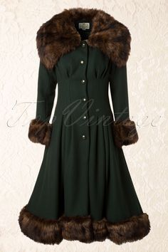 Pearl Coat Dark Green - Collectif Clothing - In the vintage shop she found a coat that reminded her of one her mother owned. Somehow it was a little piece of home, of her time and she wanted it 1930s Fashion, Retro Fashion, Vintage Fashion, Vintage Outfits, Mode Mantel, Cool Coats, Swing Skirt, Green Coat, Vintage Mode